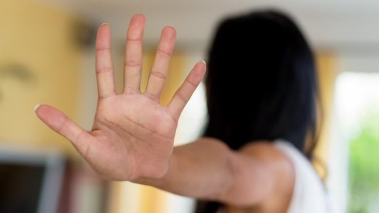 Eine Frau wird belästigt und hält die Hand zur Abwehr